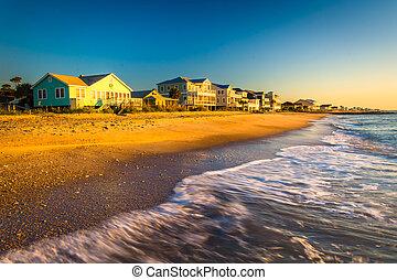 Olas en el Océano Atlántico y luz de la mañana en casa frente a la playa