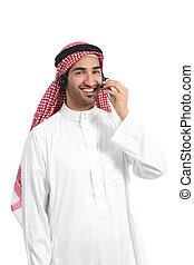 Operador de saudí árabe trabajando con auriculares gratis en el teléfono