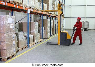 Operador de transporte manual en el trabajo
