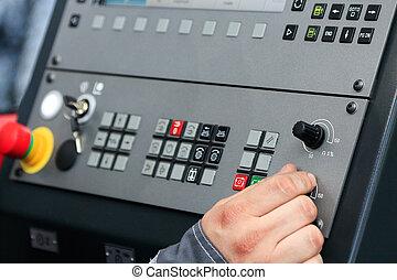 Operando los controles de la máquina CNC