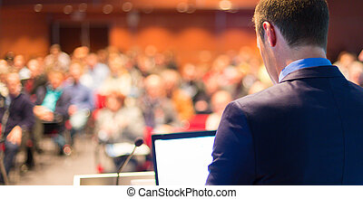 Orador público en una conferencia de negocios.