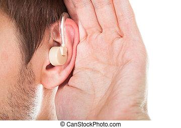 Oreja con audífono