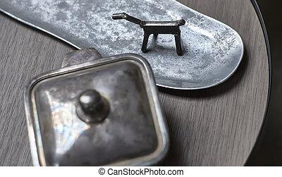 Ornamentos en metal y plata.