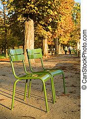 Otoño en París. Típicas sillas parisinas en el Jardín Luxemburgo. París, Francia
