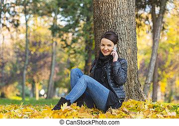 otoño, mujer, móvil, bosque