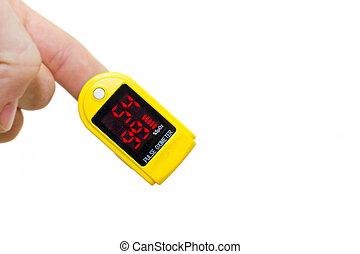Oximetro de pulso en un dedo de hombre