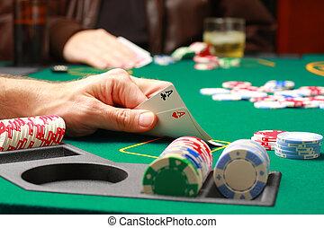 póker, verificar, juego, tarjetas, durante, hombre