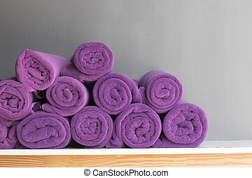 púrpura, mesa., arrollado, cima, toallas