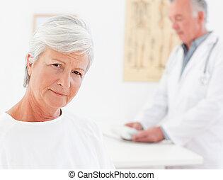 Paciente mirando a la cámara