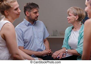 Pacientes hablando con psicólogo