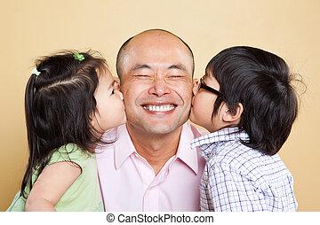 Padre asiático y niños