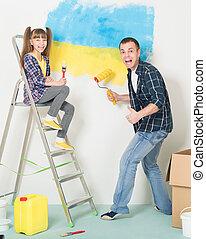 Padre e hija hacen reparaciones en casa