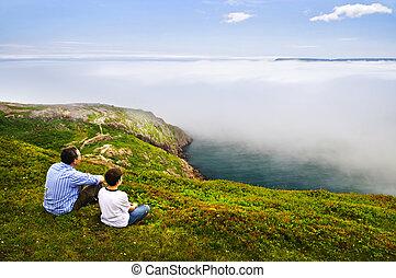 Padre e hijo en la costa oceánica
