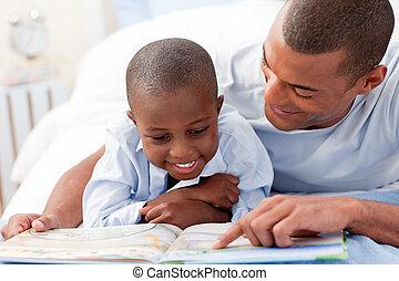 Padre leyendo con su hijo