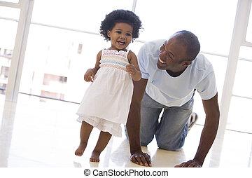 padre, sonriente, dentro, hija, juego