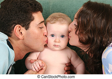 Padres besando al bebé