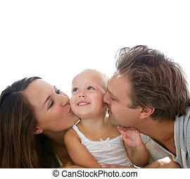 Padres felices besando al bebé
