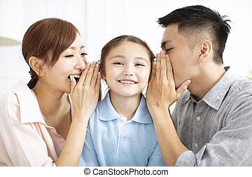 Padres y niñas susurrando chismes