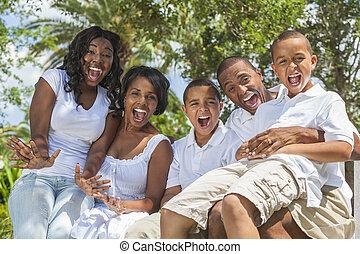 Padres y niños de la familia afroamericana