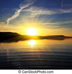 Paisaje del lago de la mañana con el amanecer