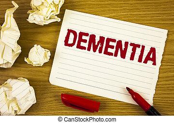 Palabra escribiendo demencia. El concepto de negocios para la pérdida de memoria a largo plazo y los síntomas me hicieron retirarme antes escrito en papel de Notepad de lágrimas en los bailes de fondo de madera Marker Paper Balls al lado