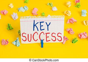 Palabra escribiendo texto clave éxito. Concepto de negocios por lo general de tres a cinco áreas que la empresa puede centrarse en papeles arrugados coloreados recordatorio de fondo blanco.