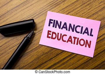 Palabra, escribir educación financiera. Un concepto de negocios para el conocimiento financiero escrito en papel rojo pegajoso, fondo de madera con pluma. Nota pegada en el escritorio.