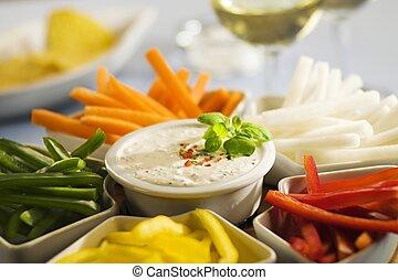 Palitos de vegetales variados y salsa