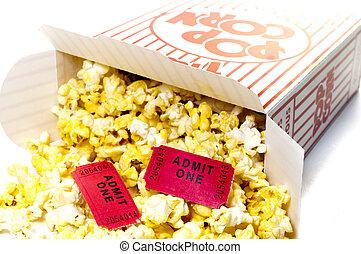 Palomitas y entradas de cine aislados