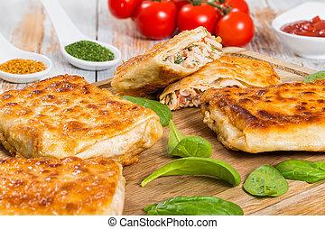 Pan frito relleno con carne de pollo, pepino, ensalada de col, t