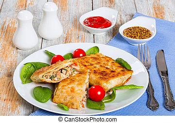 Pan plano relleno de carne de pollo, pepino, ensalada de col, tomate