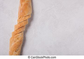 Pan rebanado sobre mesa de piedra. Vista desde arriba con espacio de copia