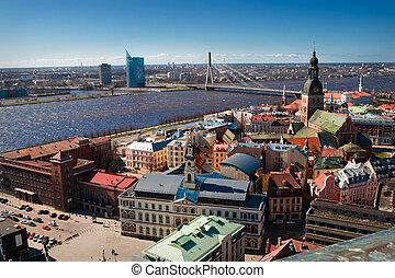Panaram de la ciudad y vista en un puente en Riga
