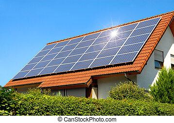 Panel solar en un techo rojo