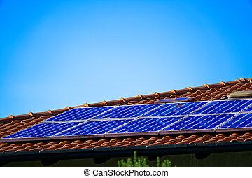 Paneles solares en el techo, electricidad alternativa.