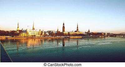 Panorama de la vieja ciudad en invierno