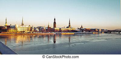 Panorama de la vieja ciudad riga en invierno