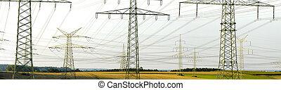 Panorama mira a muchos postes eléctricos