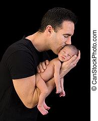 Papá besando a su hijo recién nacido
