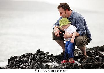 Papá con un hijo saliendo al mar