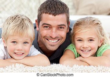 Papá y niño sonriendo a la cámara