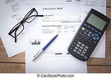 Papel de factura de electricidad sobre la mesa