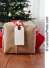 Paquete y regalos en madera con árbol de Navidad