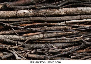 Pared de palos largos y marrones organizados