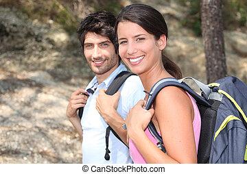 pareja, bosque, excursionismo