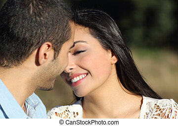 Pareja casual árabe flirteando lista para besar con amor