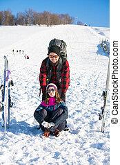 Pareja con equipo de esquí en la montaña nevada
