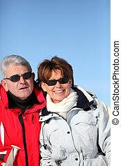 Pareja de adultos esquiando