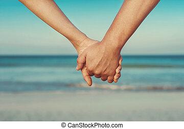 Pareja de amantes de la mano