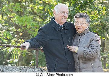 Pareja de ancianos al aire libre